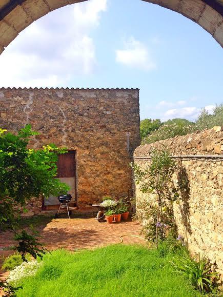 CasaEmpordà_portico_jardin_verano_vacaciones