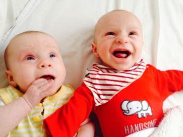 Bebés gemelos sonrientes y felices