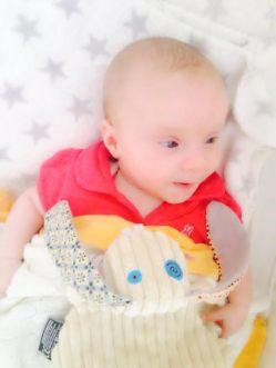 Bebé gemelo niña de tres meses