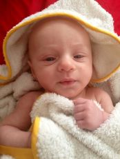 bebé después del baño en bañera de bebé