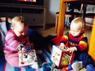 gemelos jugando