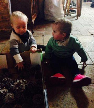 gemelos jugando en su primer cumpleaños