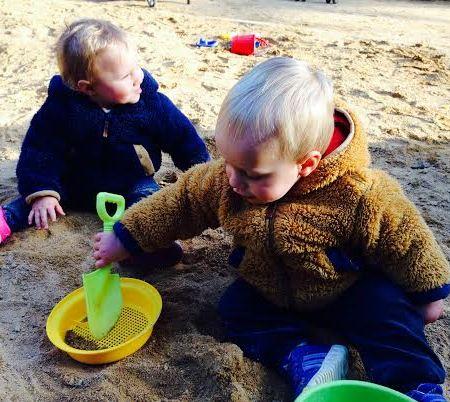 gemelos jugando parque