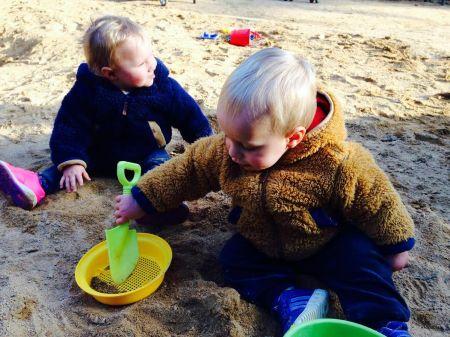 gemelos parque arena jugando